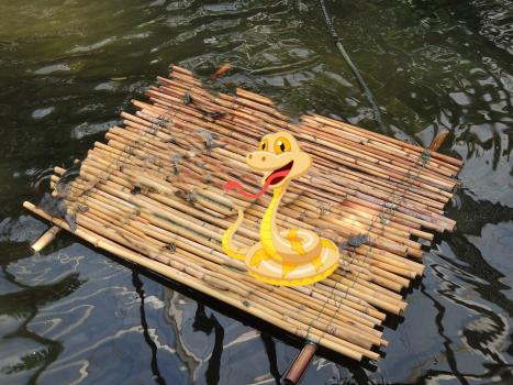 Tumba auf dem Floß